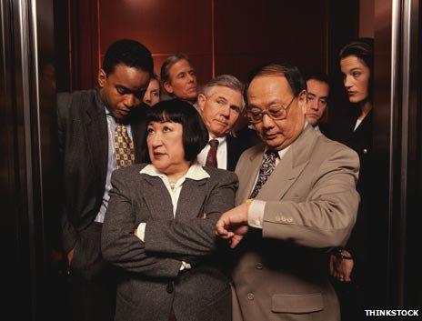 Почему мы так странно ведем себя в лифтах?