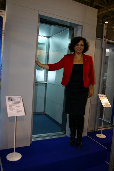 Елена Николаева сказала о необходимости производства в стране подобной современной техники, особо отметив дизайн и цветовую гамму отделки кабины «Протона»