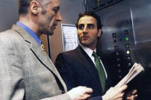 Как нельзя себя вести в офисном лифте
