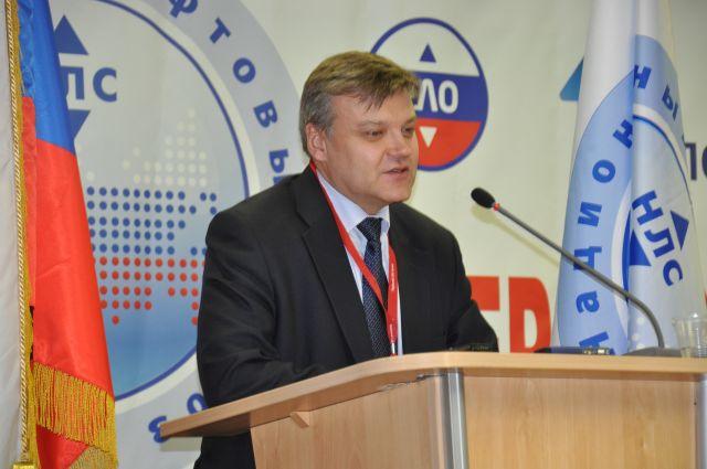 Представитель Росстандарта Александр Зажигалкин выступает перед лифтовиками