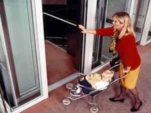Многие дети воспринимают лифт скорее как развлечение, можно сказать, даже аттракцион