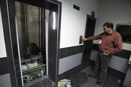 Страх высоты... Ростехнадзор разъяснил, когда лифт становится опасным