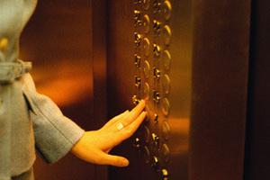 В восьмом блоке жилого дома №11 по улице Неапольская в Хатаинском районе Баку, перестал работать новый лифт