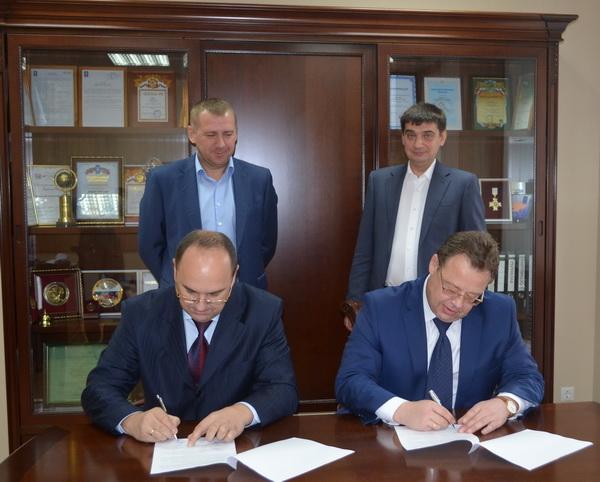 Евгений Ромашко – генеральный директор «Ассоциации производителей лифтов и лифтовых компонентов» (слева) и Олег Никандров – президент НП «СРО «МОЛП» подписывают соглашение о сотрудничестве