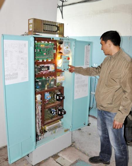 Аким Актау ознакомился с ходом работ по установке лифтов в высотных домах