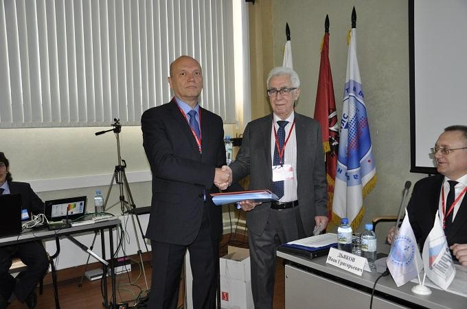Генеральный директор «Щербинского лифтостроительного завода» Макс Ваксман пригласил к трибуне для награждения Виктора Тишина