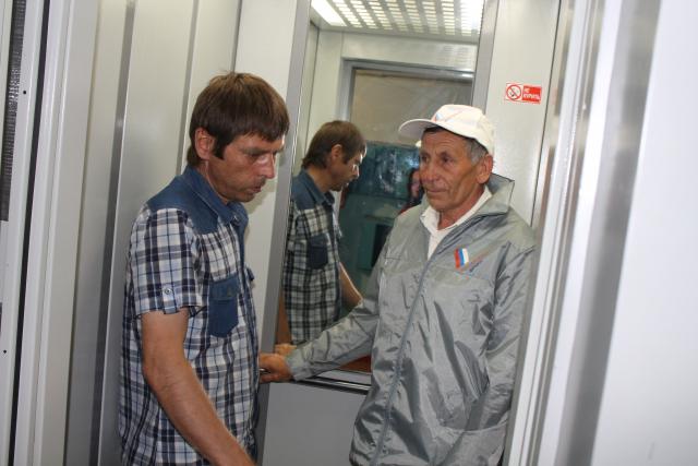 Активисты ОНФ провели мониторинг работ по замене изношенных лифтов в Черкесске