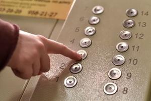 По словам гендиректора Федерации лифтовых предприятий Сергея Прокофьева, проблема возникла в 2013 году