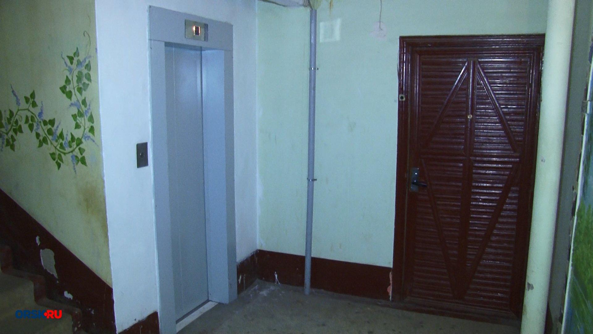 Лифты в жилом доме в Орске ремонтируют уже 4 месяца