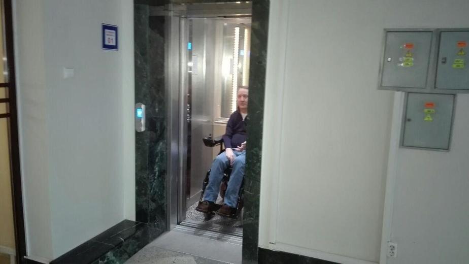 В Калининграде инвалиды не смогли воспользоваться в мэрии лифтом, который переделали по их просьбе
