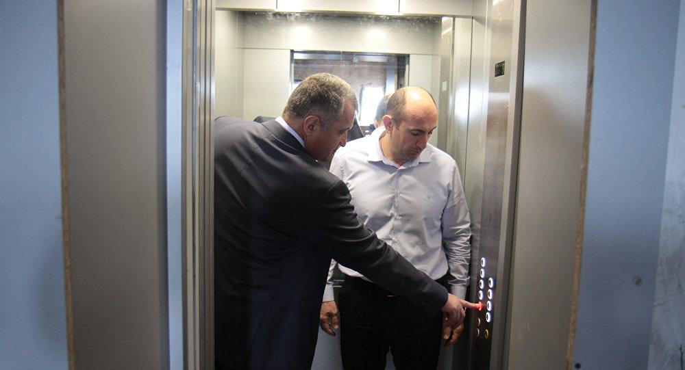 Глава Южной Осетии поручил завершить установку лифтов в столице в этом году