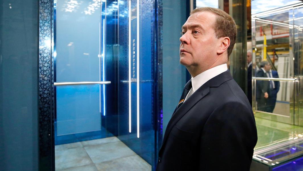 Председатель правительства РФ Дмитрий Медведев во время посещения Щербинского лифтостроительного завода