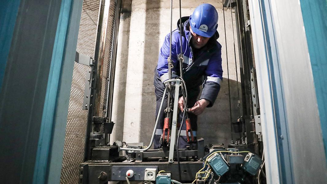 Сотрудник аварийной службы компании «Мослифт» во время профилактического обслуживания лифтового оборудования в одном из жилых домов