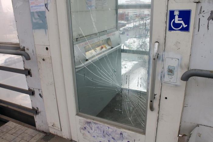 В Казани неожиданно демонтировали большинство подъемных механизмов в надземных пешеходных переходах