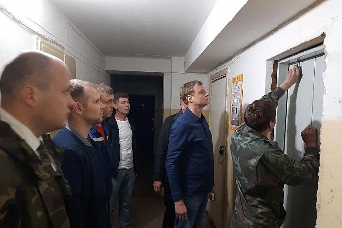 Общественники проверили замену лифтового оборудования в Кирово-Чепецке