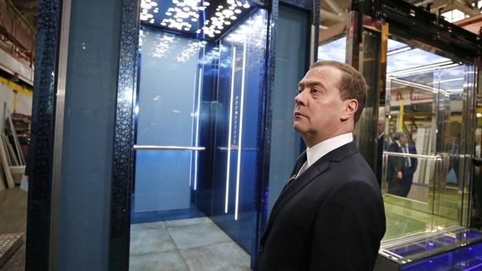 Дмитрий Медведев посетил Щербинский лифтостроительный завод
