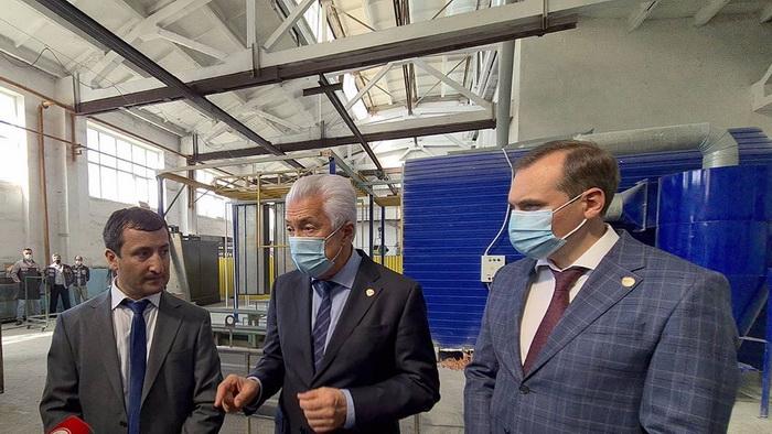 Глава Дагестана Владимир Васильев посетил завод по производству лифтов в Кизляре